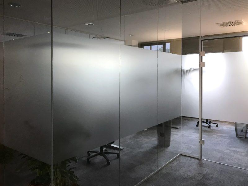 Sichtschutzbeklebung - Glaswände in einem Büroraum mit Glasdekor-Sichtschutzfolie in der Codemanufaktur