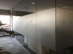Sichtschutzbeklebung - Glaswände in einem Büroraum mit Glasdekor-Sichtschutzfolie und Glasdekorfiguren in der Codemanufaktur