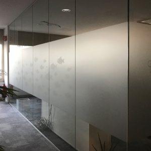 Glaswände in einem Büroraum mit Glasdekor-Sichtschutzfolie und Glasdekorfiguren in der Codemanufaktur