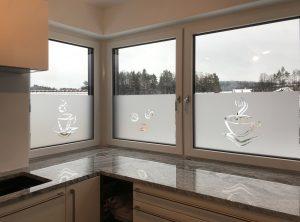 Sichtschutzbeklebung - Sichtschutz mit negativ ausgeschnittenem Icon an Küchenfenstern