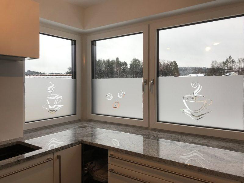 Sichtschutz mit negativ ausgeschnittenem Icon an Küchenfenstern