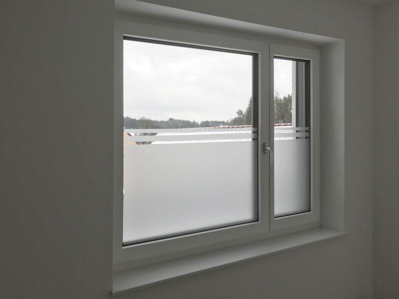 Fenster, dass zur hälfte mit einer Milchglasfolie beklebt wurde und als Sichtschutz dient