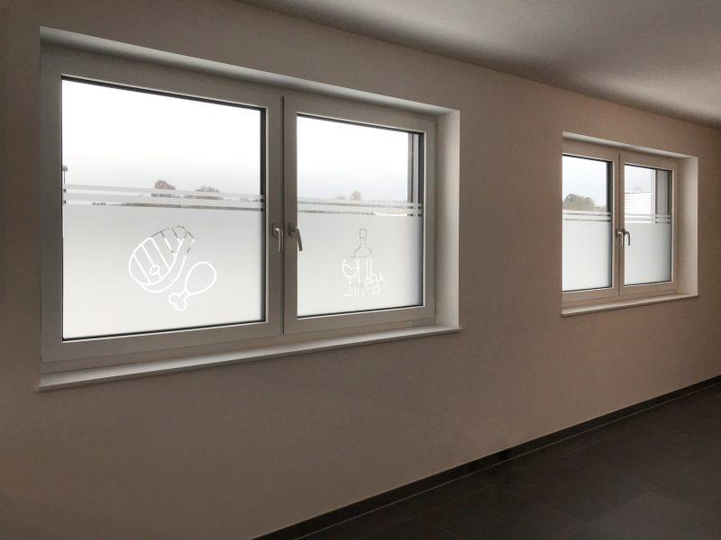 Sichtschutz mit negativ ausgeschnittenem Icon in einer privaten Wohnung