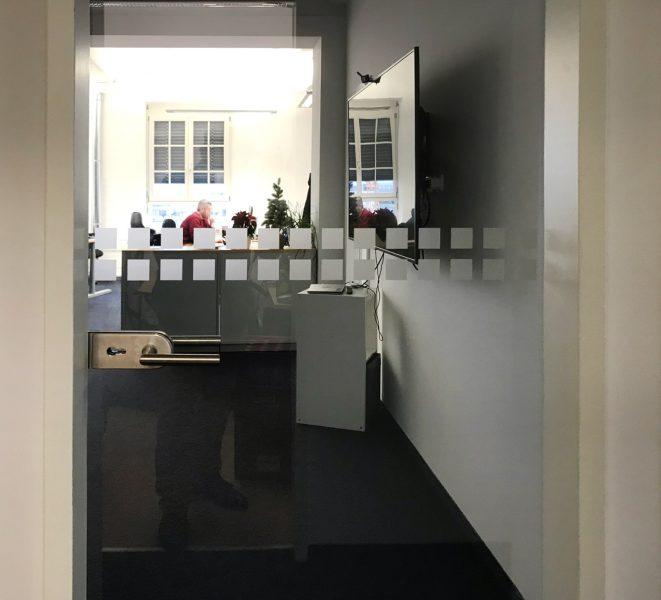 Beklebungsarbeiten - Durchlaufschutz-Folierung mit Milchglasfolie auf einer Glastüre