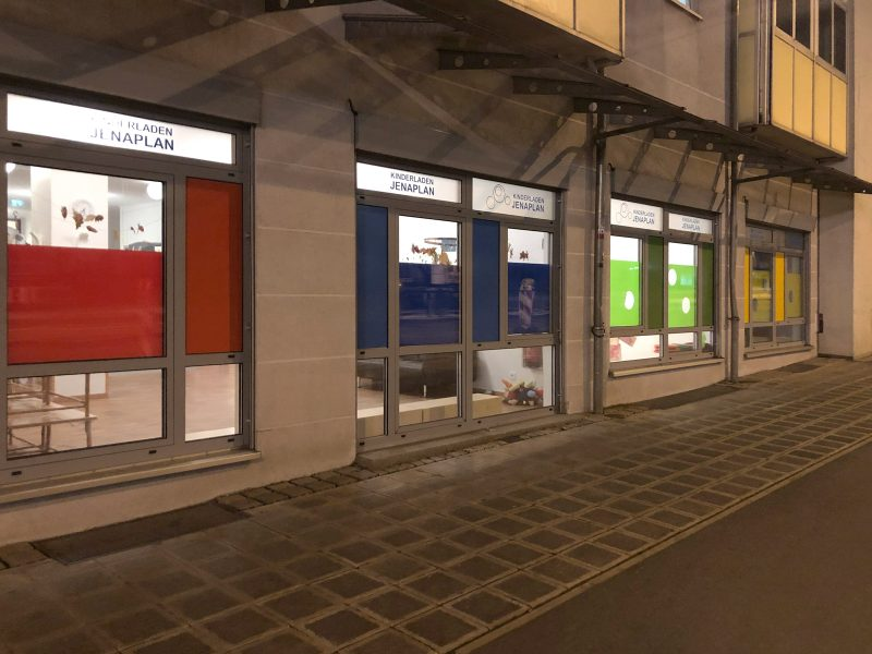 Schaufenster und -Türen mit bunte Schaufensterfolierung von Jenaplan