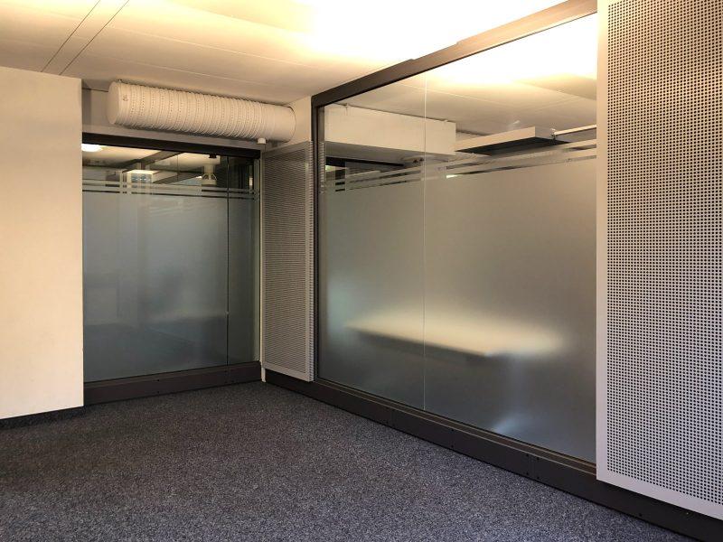 Glaswände in einem Büroraum mit Glasdekor-Sichtschutzfolie
