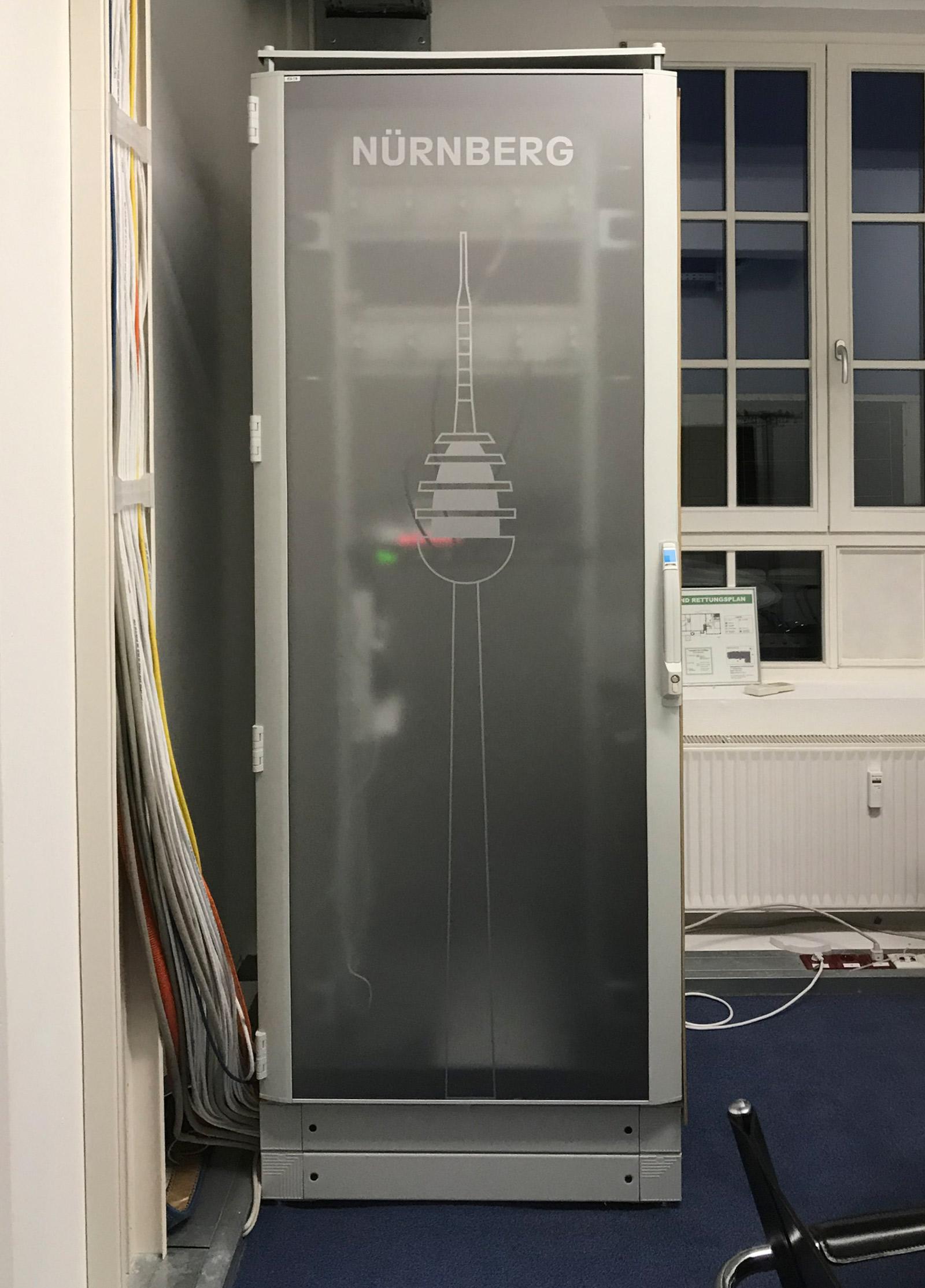 Folierte Glastüre mit Glasdekorfolie und grauer Folienbeschriftung eines Servers