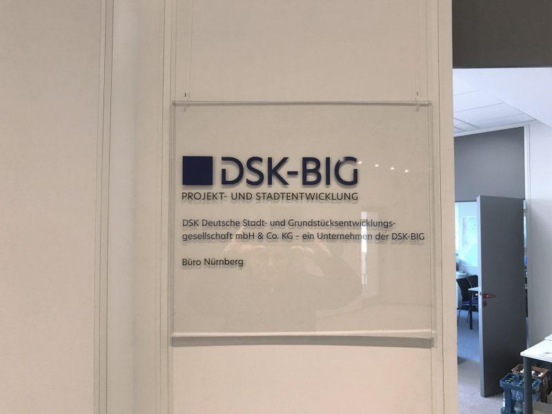 Transparentes Acrylglasschild mit Folienbeschriftung von DSK-BIG