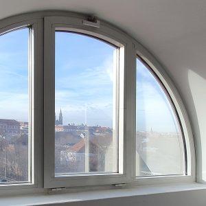 Drei abgerundete Fenster die mit Sonnenschutzfolie ausgestattet sind