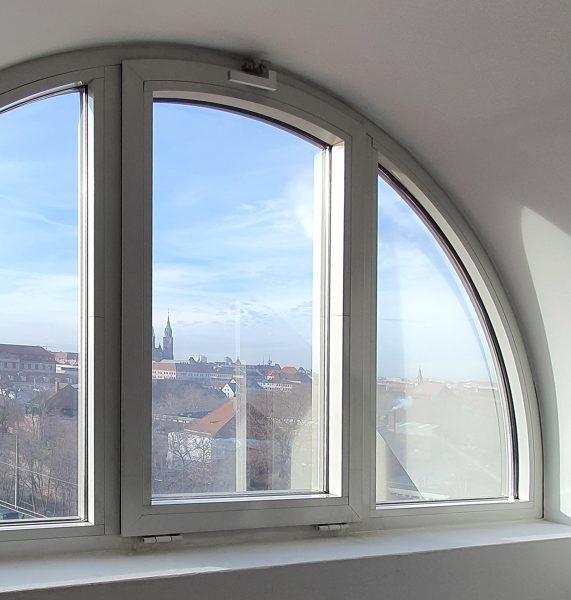 Sonnenschutzfolierung - Drei abgerundete Fenster die mit Sonnenschutzfolie ausgestattet sind