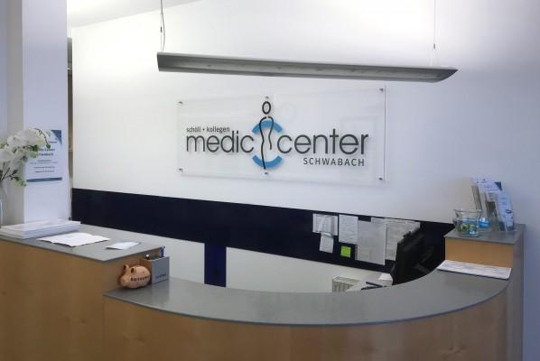 focus-folienbeklebung-nuernberg-acrylschild-arztpraxis-medic-center
