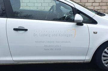 KFZ-Beklebung - Weiße Opel Corsa Türe mit dezenter Folienbeschriftung von Zahnarzt Ludwig