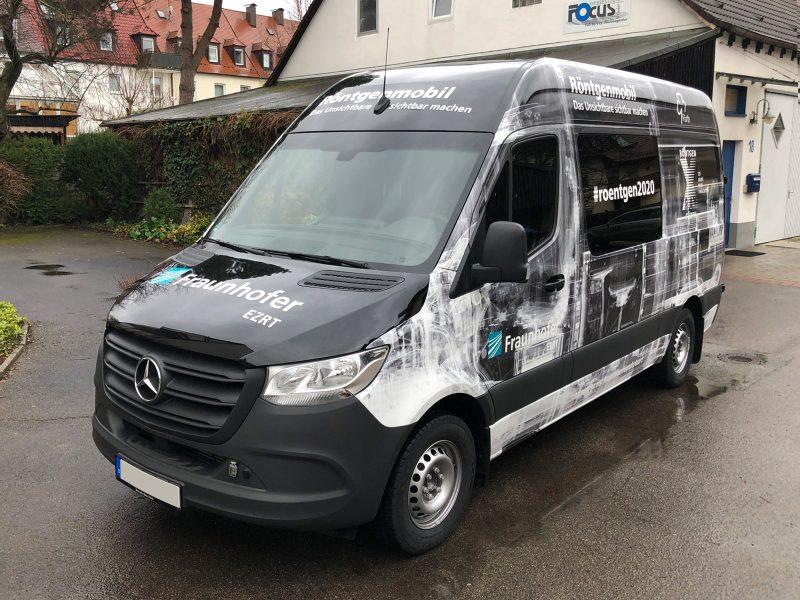 Großflächig folierter schwarzer Mercedes Sprinter aus Front- und Seitenansicht für Fraunhofer