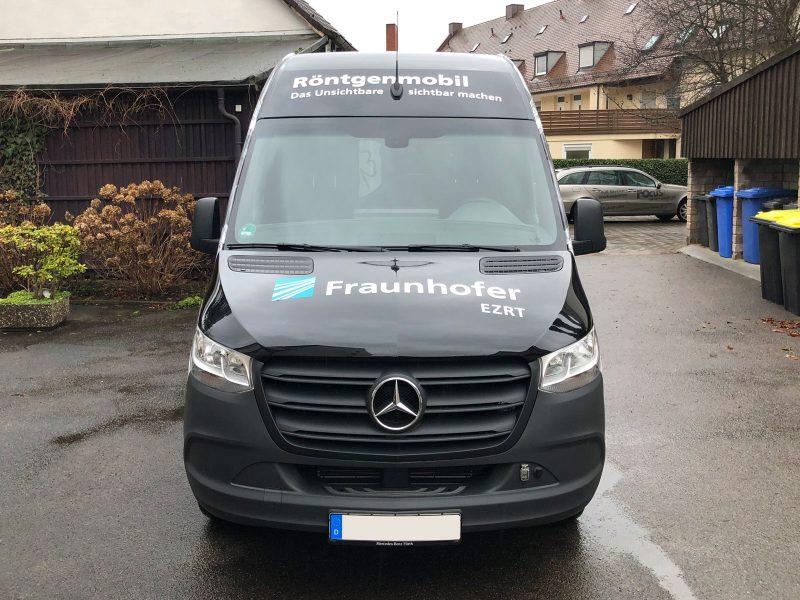 Großflächig folierter schwarzer Mercedes Sprinter aus Frontansicht für Fraunhofer