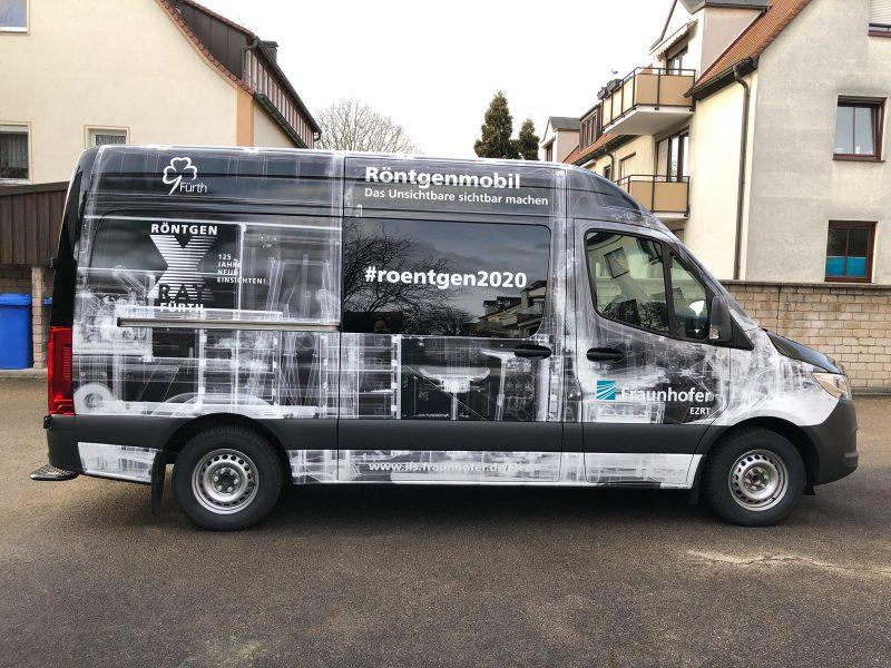 Großflächig folierter schwarzer Mercedes Sprinter in der Seitenansicht für Fraunhofer