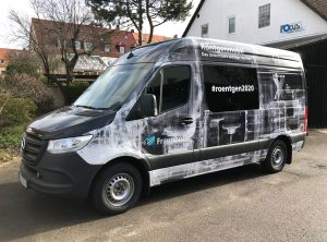 Fahrzeugfolierung - Großflächig folierter schwarzer Mercedes Sprinter in der Seitenansicht für Fraunhofer