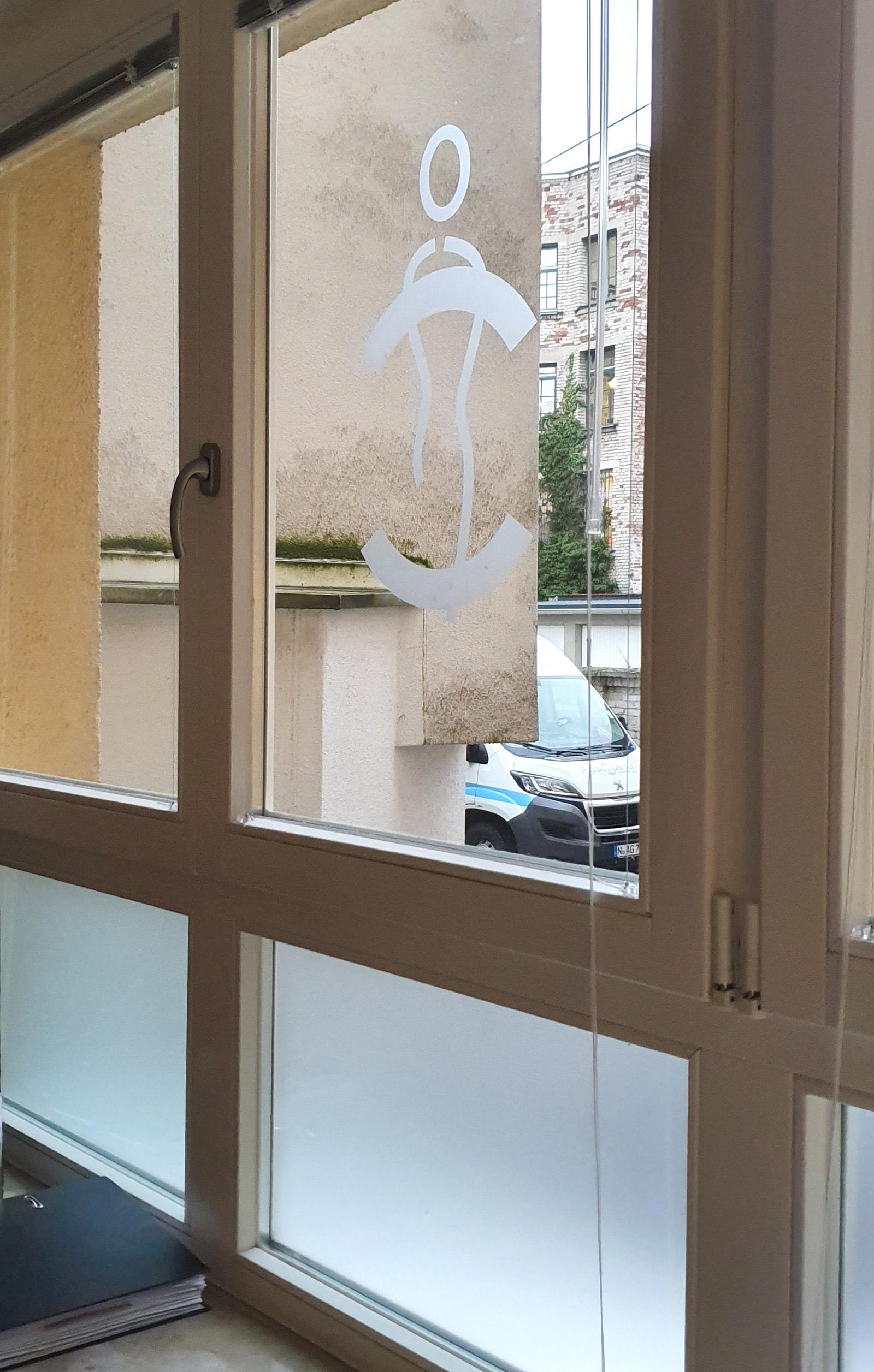 Fenster mit Sichtschutzbeklebung und Bildmarke aus Glasdekor für Medic Center