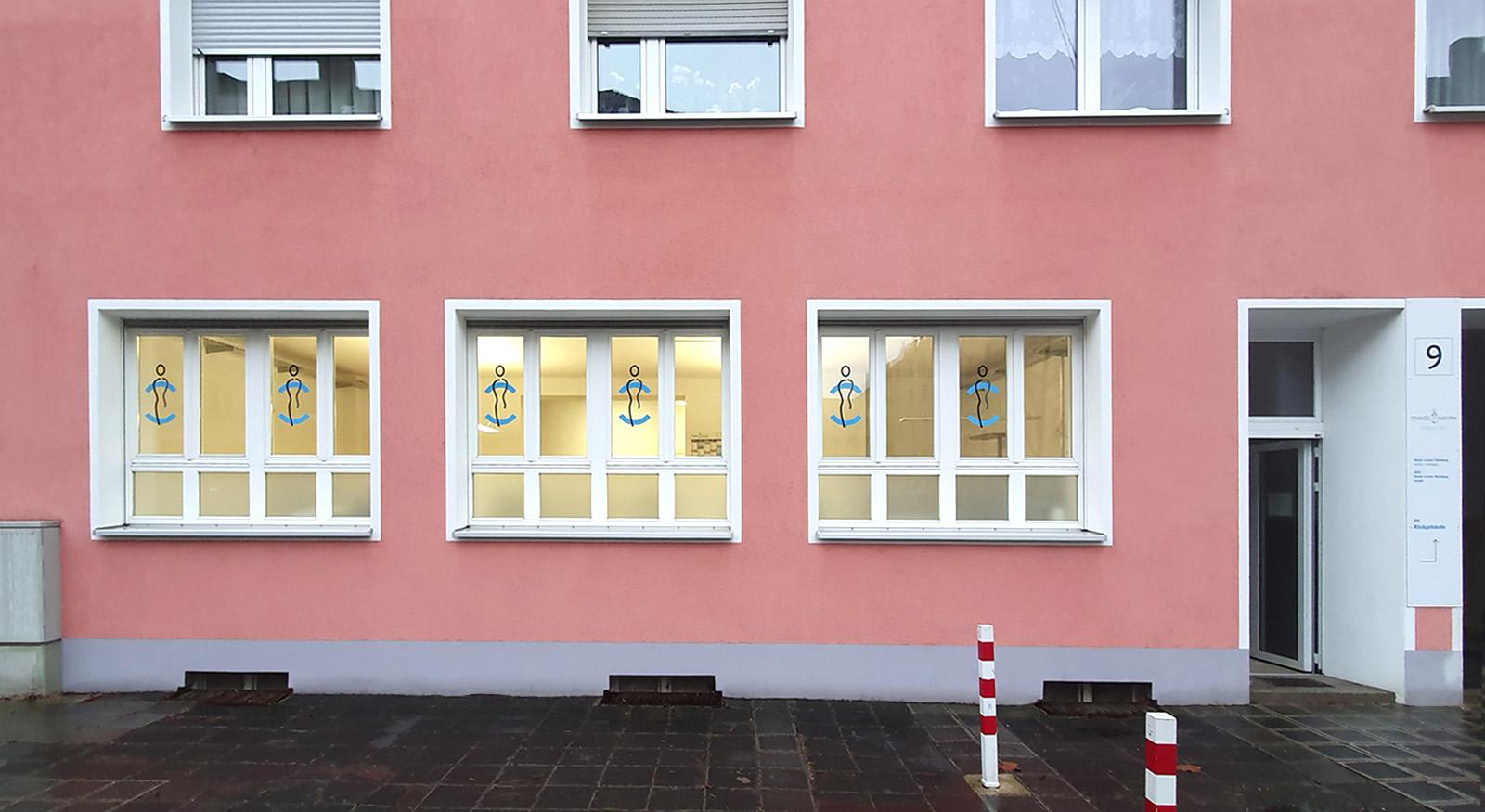 Fensterfront mit Sichtschutzbeklebung und Bildmarke aus Glasdekor für Medic Center