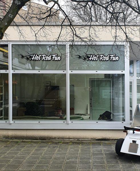 Ladenfront mit beklebten Oberlichter von Hot Rod Fun in Nürnberg