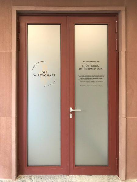 """Eingangstürbeklebung - Folierte Flügeltüre von """"Die Wirtschaft"""" im neuen Gebäude der IHK"""