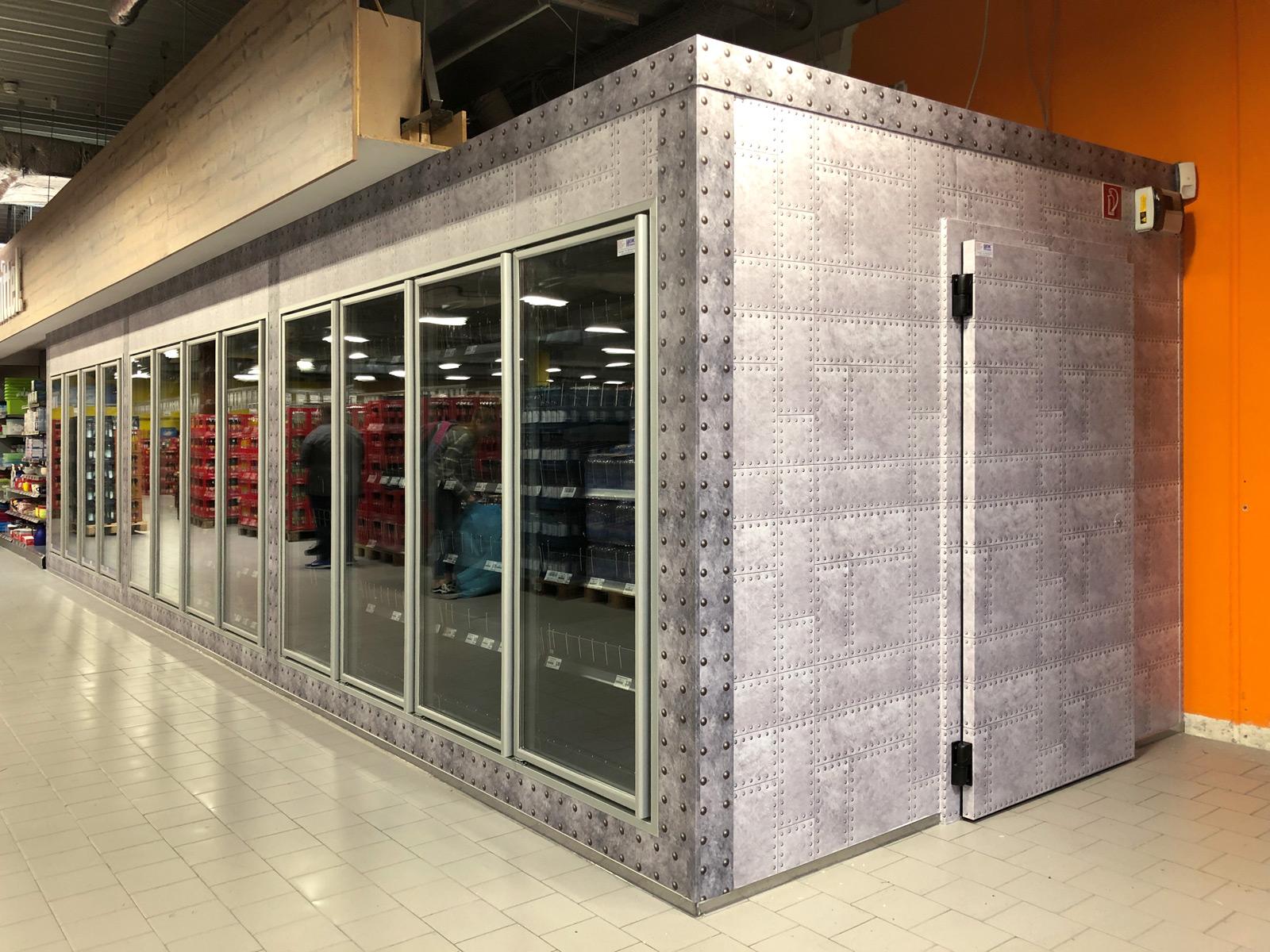 Großflächig folierter Kühlraum in einem Edekamarkt. Hier sieht man, dass auch eine Türe mit Rahmen vollflächig foliert ist