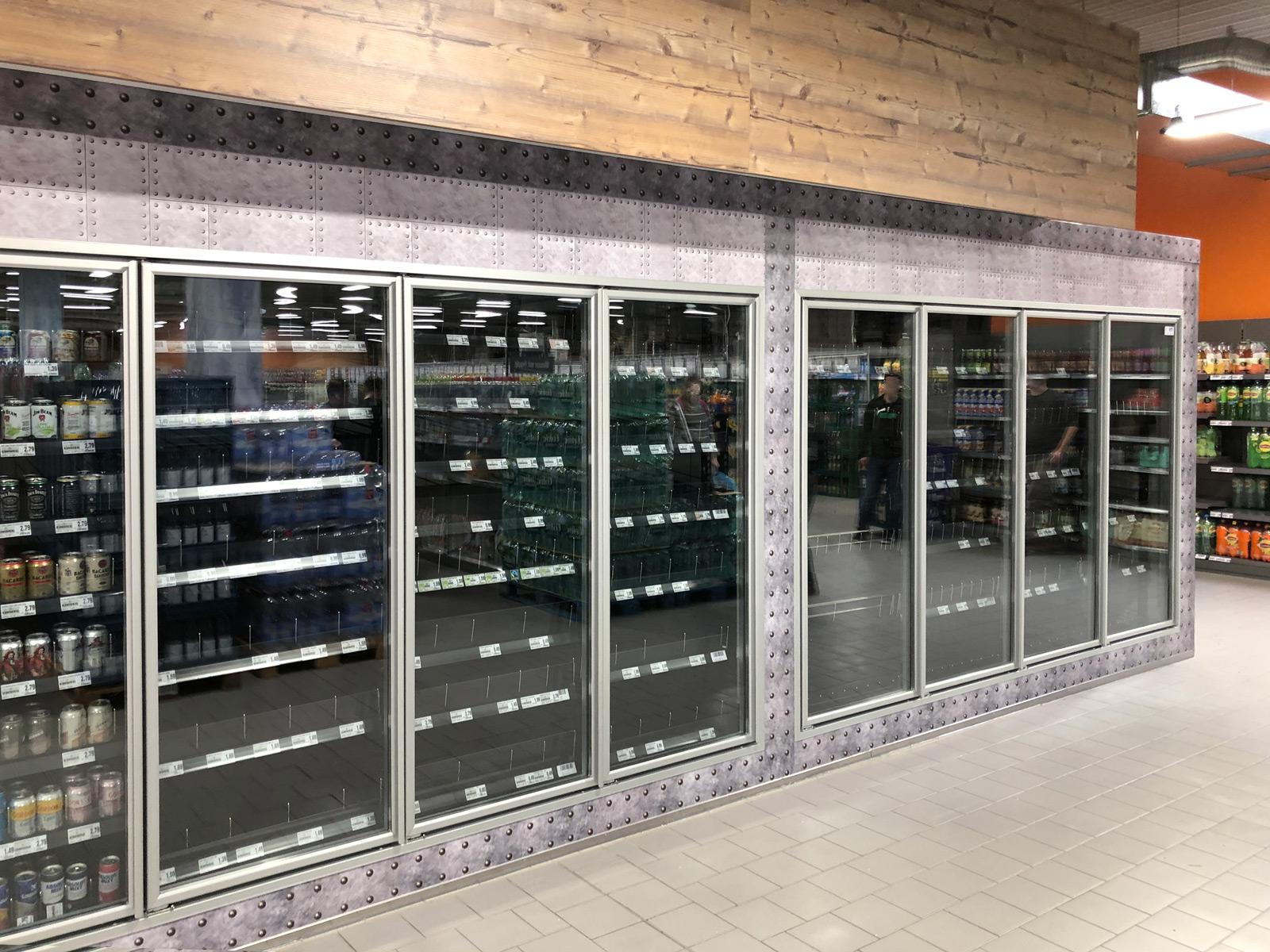 Großflächig folierter Kühlraum in einem Edekamarkt. Nur die Türrahmen sind beklebt.