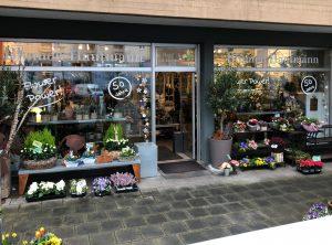 Frontansicht des Ladens Blumen Hautmann mit der neuen Schaufensterscheiben-Beklebung