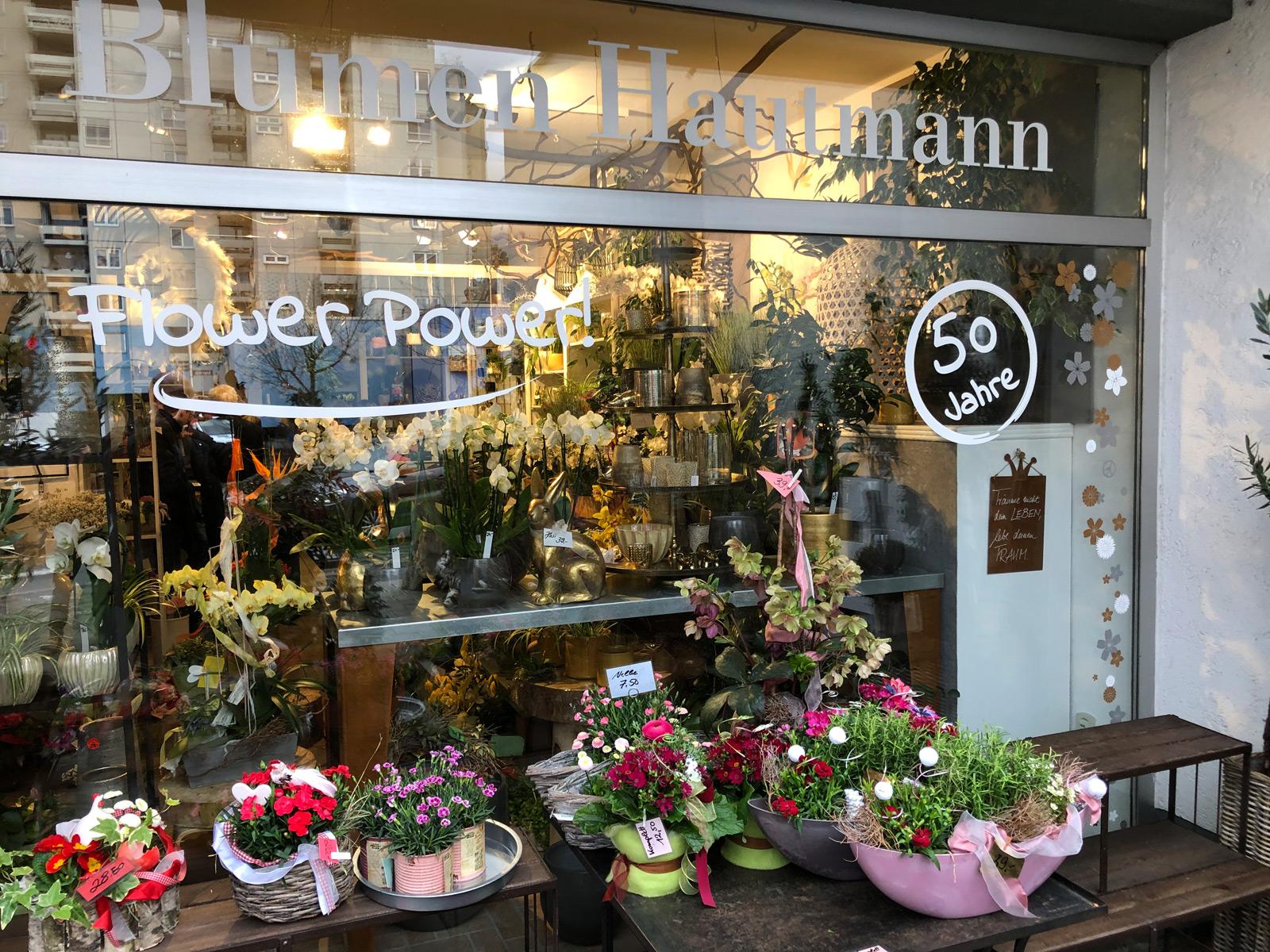 Frontansicht des linken Fensters des Blumen Hautmann Ladens mit neuer Beklebung