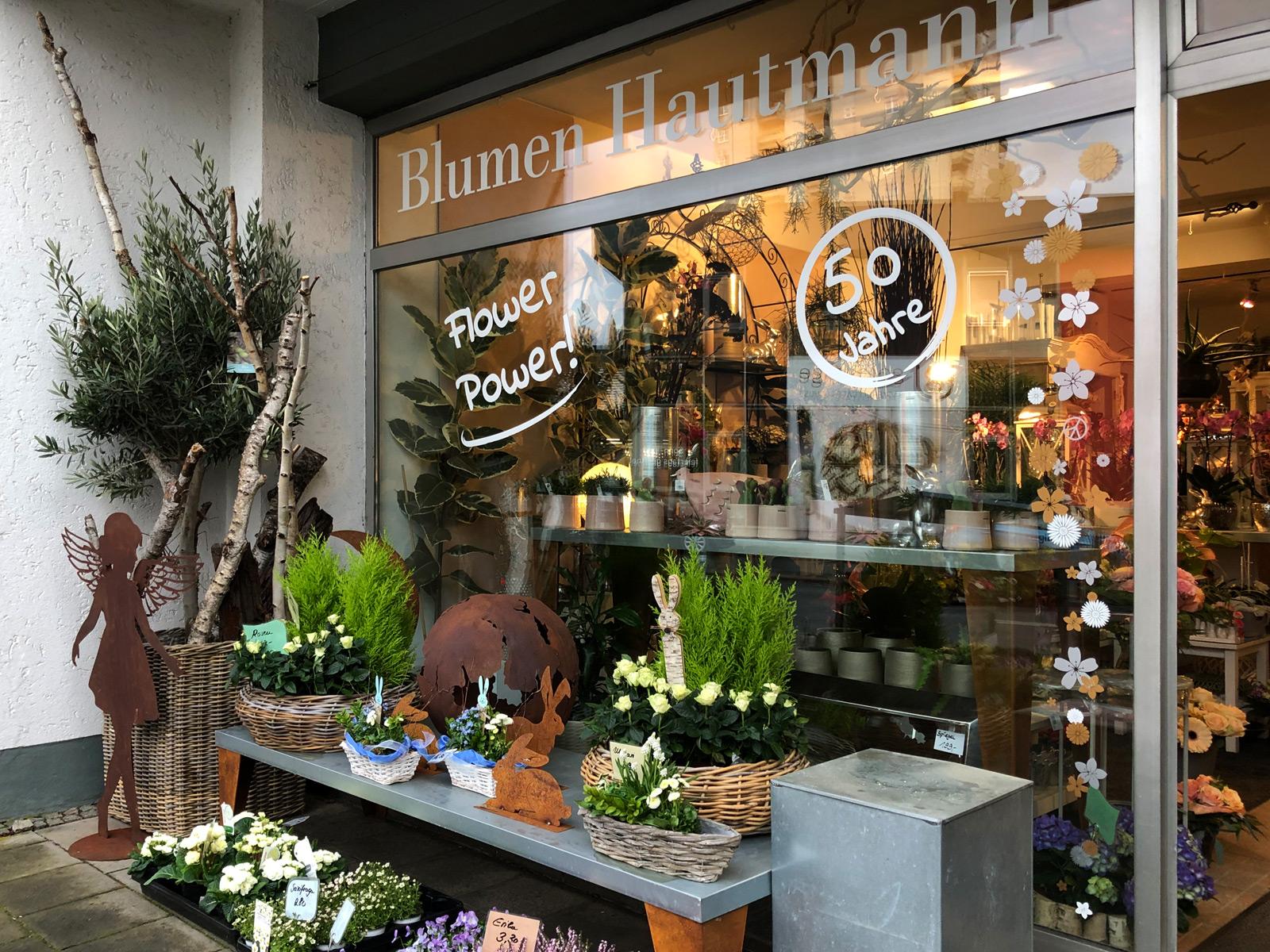 Frontansicht des rechten Fensters des Blumen Hautmann Ladens mit neuer Beklebung