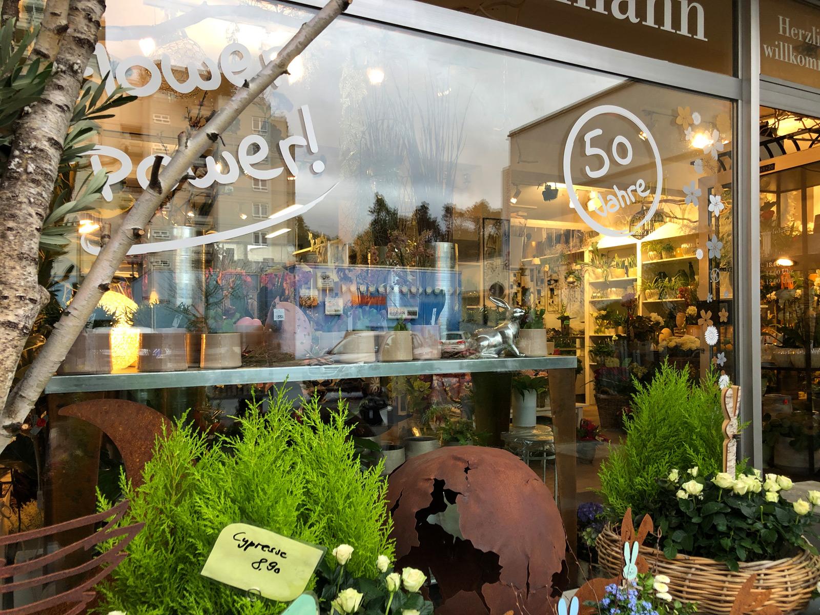 Nahaufnahme des rechten Fensters des Blumen Hautmann Ladens mit neuer Beklebung