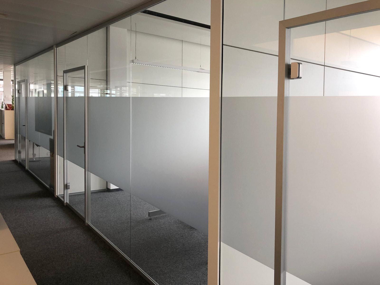 Büroglaswände mit einer Sichtschutzbeklebung aus Glasdekor