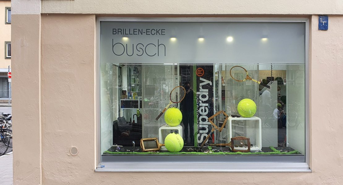 Schaufenster mit neuer Fensterbeklebung aus Glasdekor im oberen Glasscheibenbereich mit negativ ausgeschnittenem Logo. von Brillen-Ecke Busch