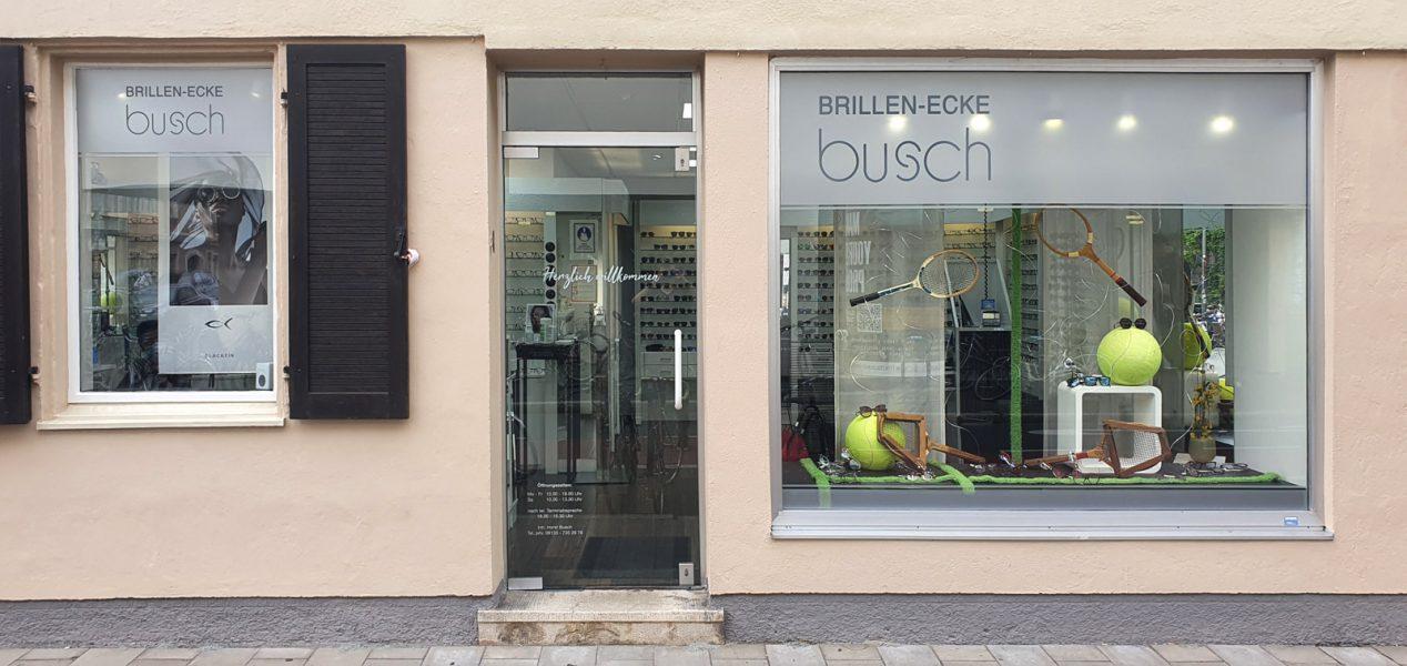 Schaufenster und Türe mit neuer Fensterbeklebung aus Glasdekor im oberen Glasscheibenbereich mit negativ ausgeschnittenem Logo. von Brillen-Ecke Busch