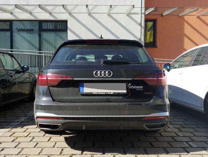Heckansicht eines schwarzen Audi mit einem neuen Aufkleber rechts vom Nummernschild für infoteam in Bubenreuth