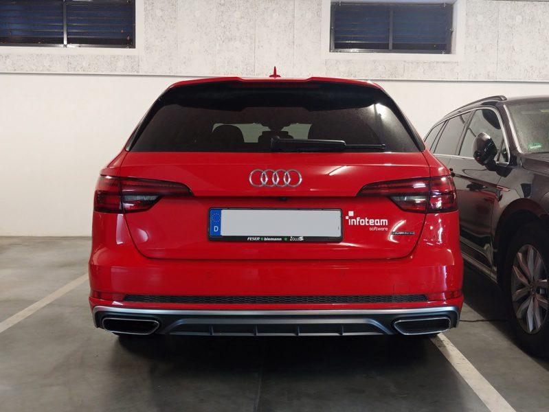 Heckansicht eines roten Audi mit einem neuen Aufkleber rechts vom Nummernschild für infoteam in Bubenreuth