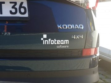 Heckbeschriftung auf einem dunkelblauen Skoda Kodiaq für das Infoteam aus Bubenreuth