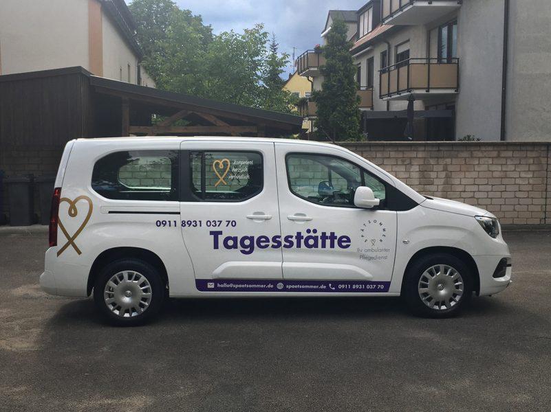 Seitenansicht eines weißen Opel Combo mit neuer Beklebung für Spätsommer