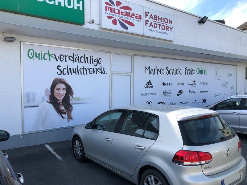 Vergrößerte Ansicht auf die neu folierte Werbetafeln von Quick Schuh