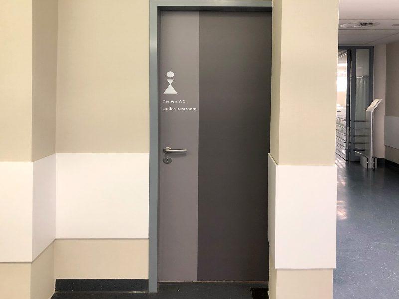 Türen im Notaufnahmebereich der Universitätsklinik Erlangen wurden farblich an das neue Raumkonzept angeglichen.