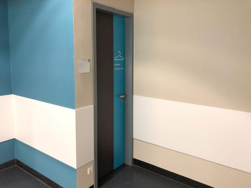 Umkleidetüren in der Universitätsklinik Erlangen wurden optisch an das neue Raumkonzept angepasst.