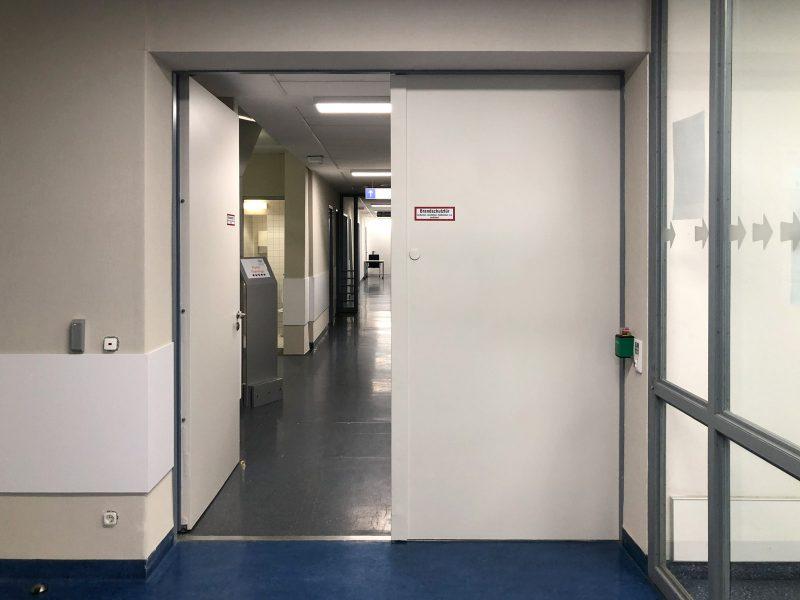 Vollflächig beklebte Feuerschutztüren mit matt laminierter Folie in der Universitätsklinik Erlangen.