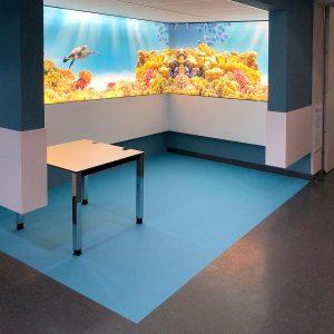 Die Wartebereiche in der Notaufnahme in der Universitätsklinik Erlangen wurden mit spezieller Fußbodenfolie farblich abgesetzt.