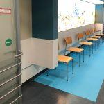 Um den Patienten das Auffinden der verschiedenen Wartebereiche zu vereinfachen, wurden die Böden mit einer besonderen Folie beklebt und farblich an das neue Designkonzept angeglichen.