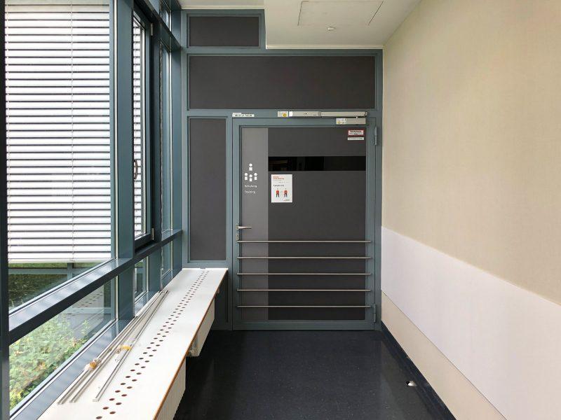 Die Zugangstüren zu einem Auditorium in der Universitätsklinik Erlangen wurden lichtdicht foliert, um Präsentationen mit Beamern zu ermöglichen.