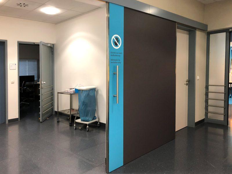 Im Wartebereich der Notfallaufnahme in der Universitätsklinik Erlangen wurden Türen mit Klebefolien optisch modernisiert.