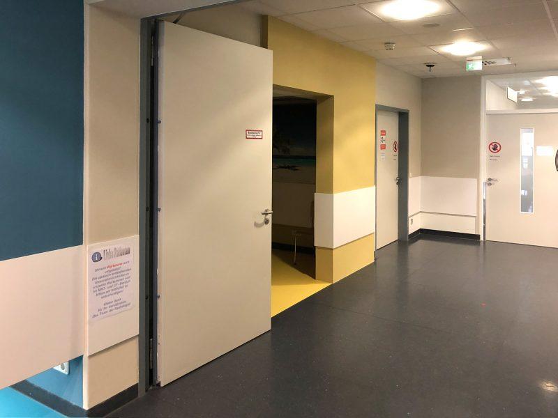 Beklebung von Türen in der Universitätsklinik Erlangen mit mattlaminierten Folien im neuen Raumdesign.
