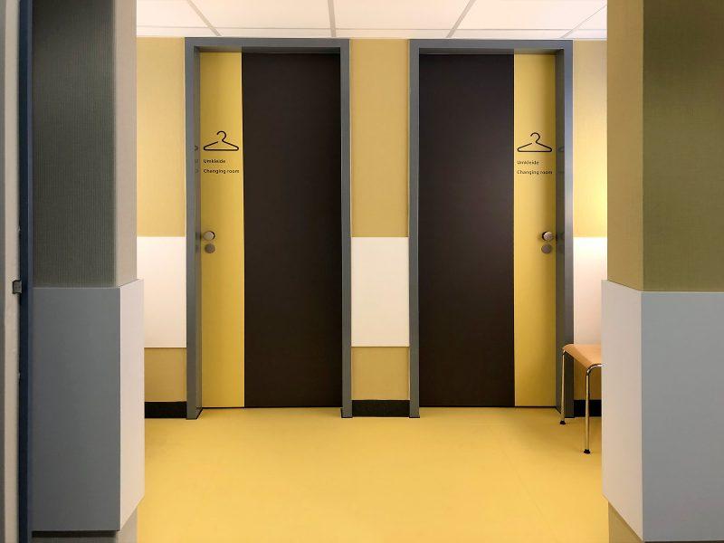 Böden und Türen im Wartebreich der Universitätsklinik Erlangen wurden mit speziellen Klebefolien an die gestrichenen Wände angeglichen.