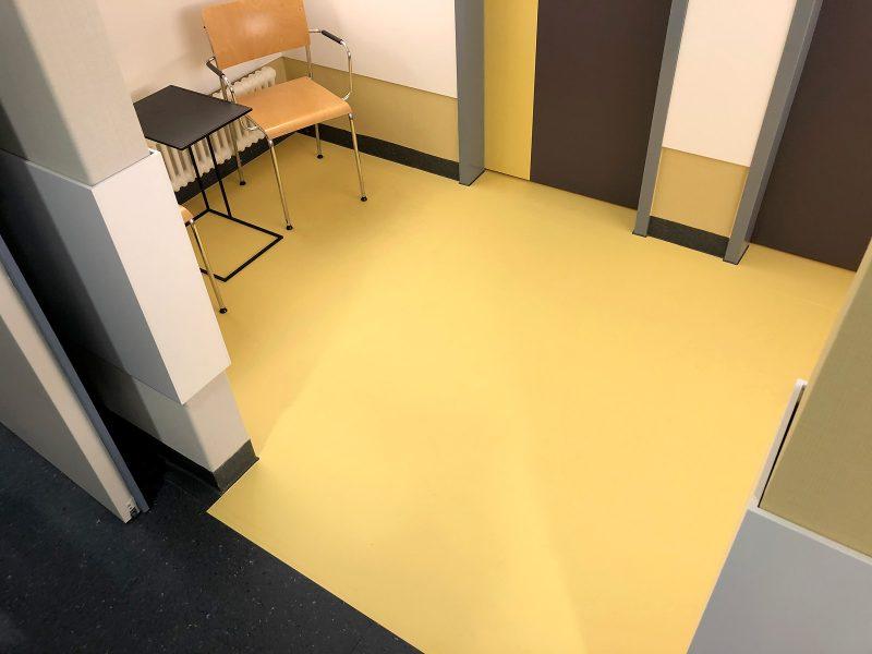 Die Wartebreiche in der Notaufnahme der Universitätsklinik Erlangen sind mit stark haftender Fußbodenfolie ausgelegt worden. Ein spezielles Schutzlaminat sorgt für eine lange Haltbarkeit.