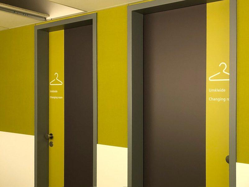 Farblich wurden Türen in den Wartebereichen und Umkleiden der Universitätsklinik Erlangen mit Klebefolien modernisiert.