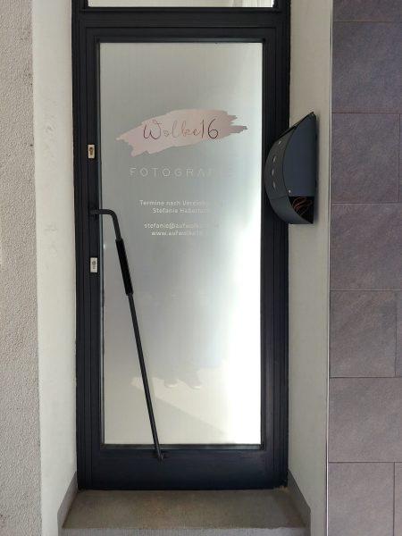 Eingangstüre des Fotografieladens Wolke16 die frisch foliert wurde